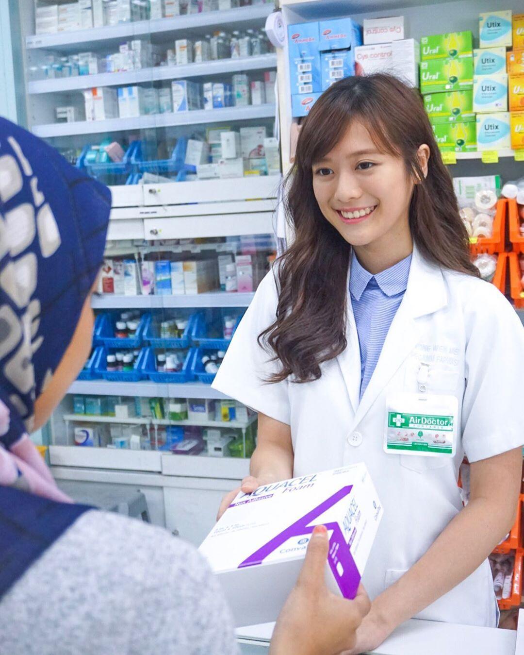 大马正妹药师「杨文美」超级甜!她一笑就让网友想天天去药局报到-新图包