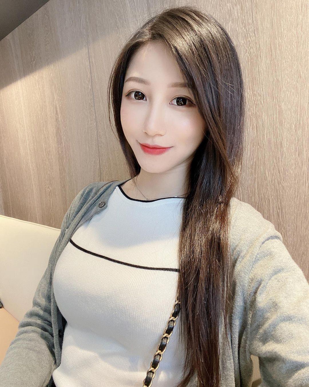 美女主播@Sunny亮亮性感黑色礼服波涛汹涌