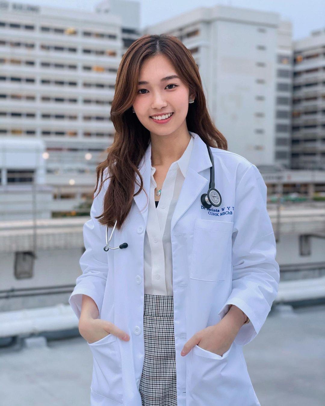 清新可人的「正妹医生」让人好心动!超甜笑容和专业白袍,网友:想给你看病!插图(1)
