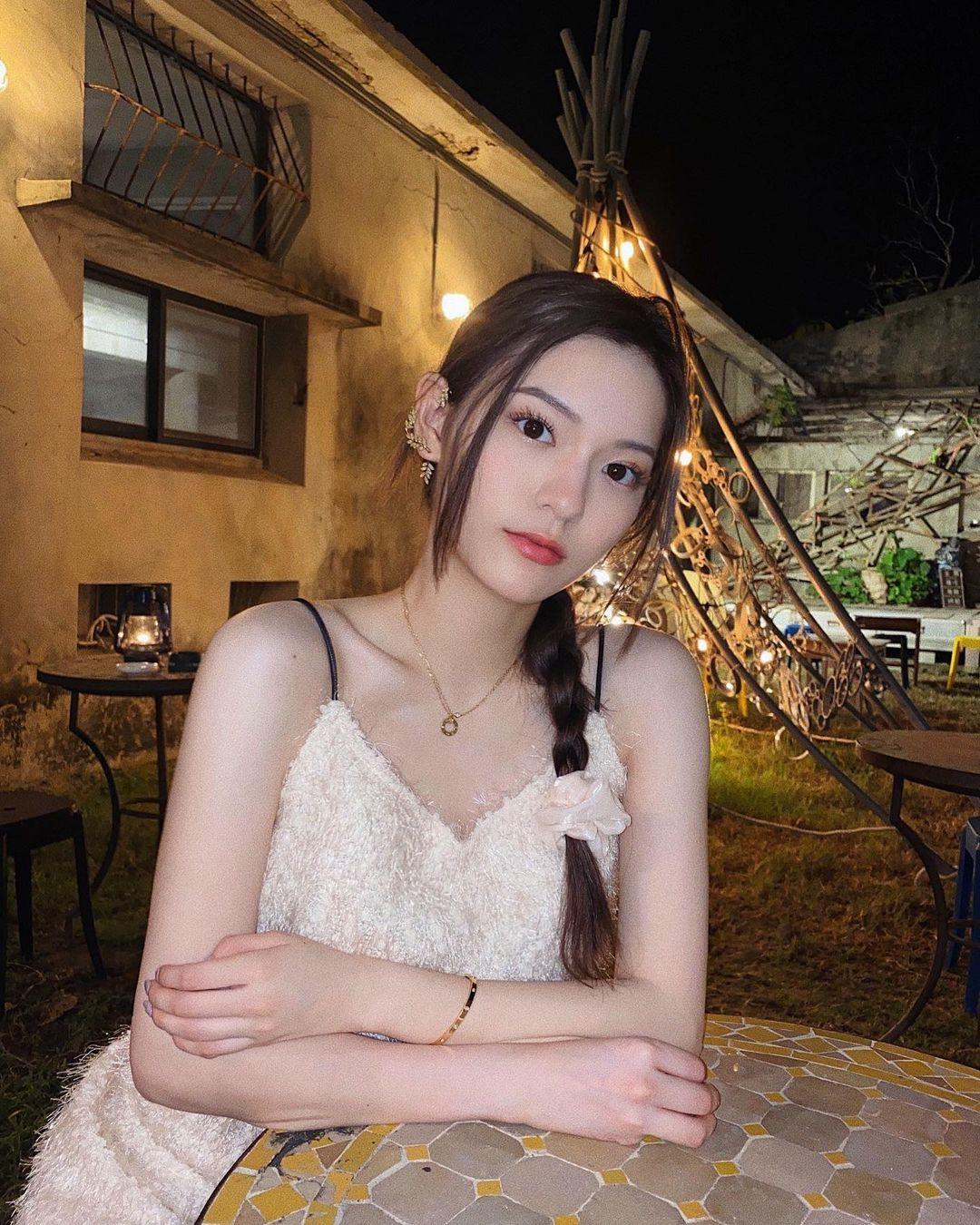 Lillian Chen脸蛋甜美身材火辣,穿搭气质漂亮还不忘性感