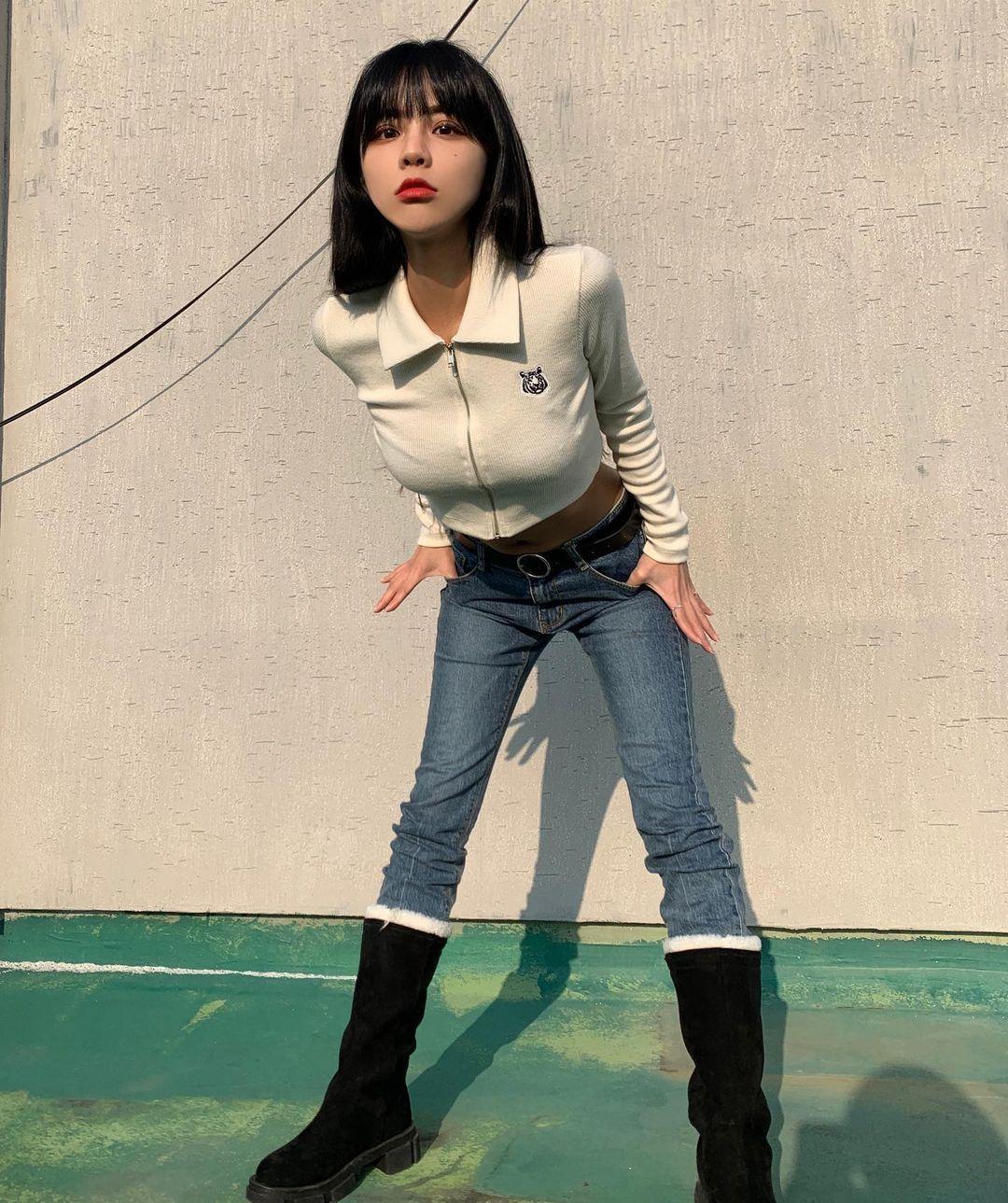 路边发现水蛇腰辣妹HA_YOUNG,完美身材超迷人!-新图包