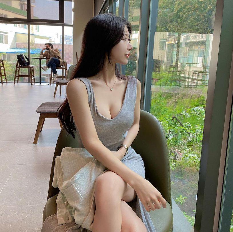 咖啡厅里的灰色低装姐姐「 연 뚜 」,优雅坐姿超引人注目!-新图包