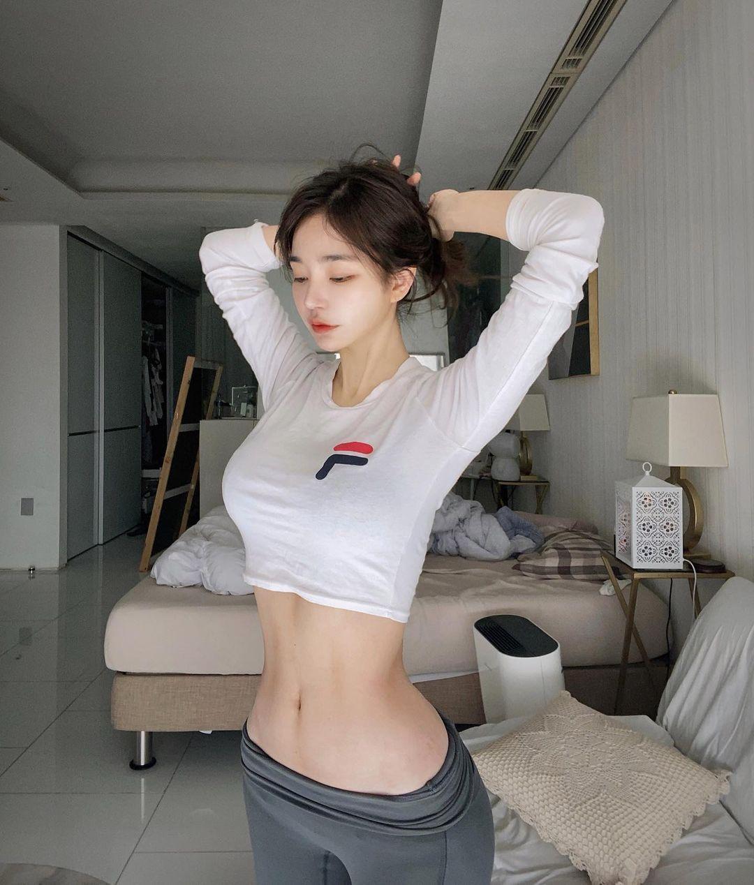 韩国美女板娘Dodo 把普通衣服穿出凹凸曲线IG 大晒湿身辣照 养眼图片 第17张