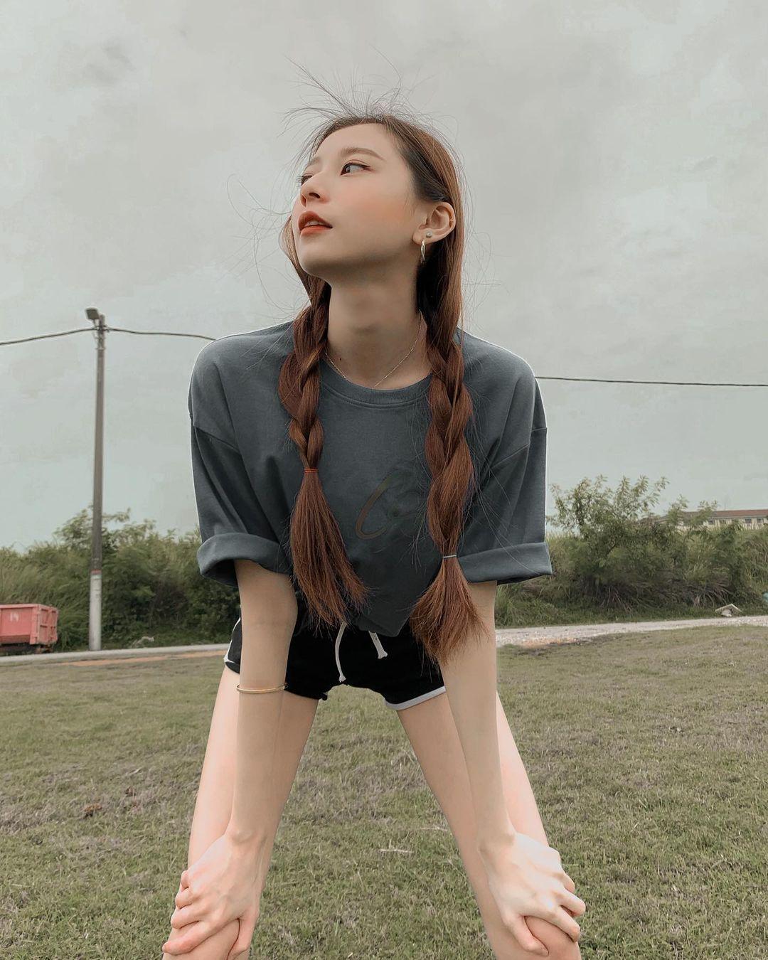 野外球场出没露嫩腿白皙窈窕正妹,俏皮挥拍甜喊:我也想参加奥运 养眼图片 第21张