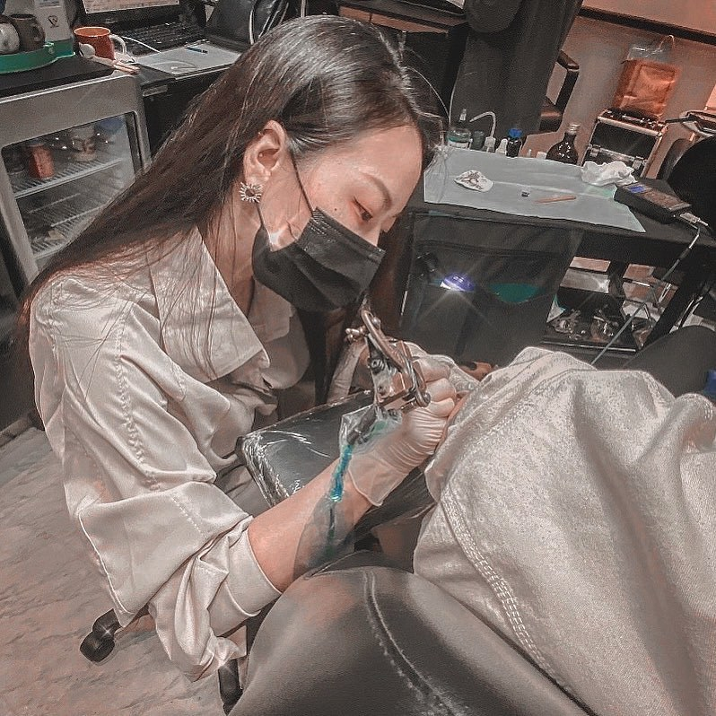 辣妹刺青师身材好火辣,给她刺青应该都不怕痛吧