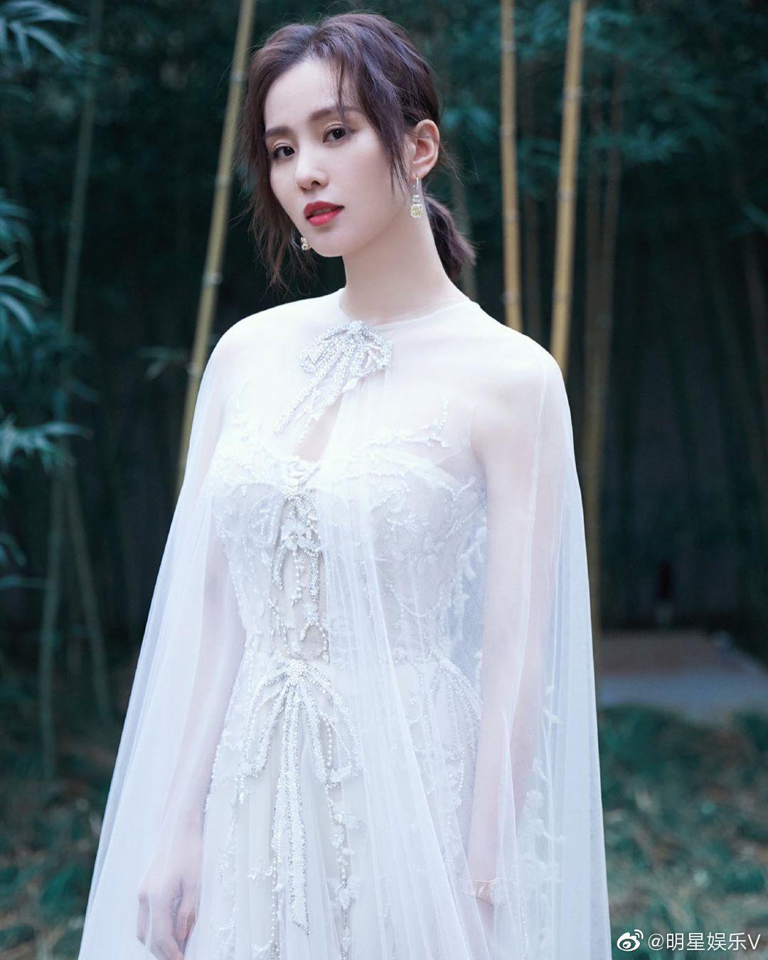 刘诗诗写真图片,白色披风纱裙仙气十足,端庄优雅温柔大方!