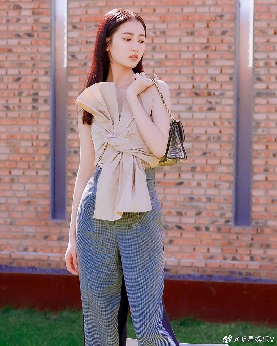 陈钰琪户外写真图片 露肩蝶花上衣格纹阔腿裤,柔美和帅酷的完美结合! 