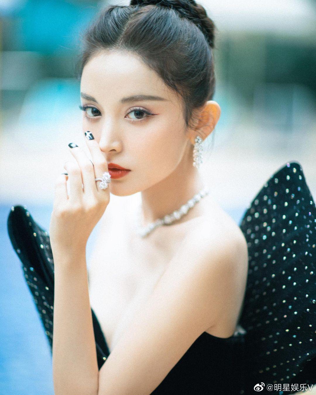 古力娜扎身着抹胸超短礼裙性感写真图片 灵动的优雅,宛如天使!