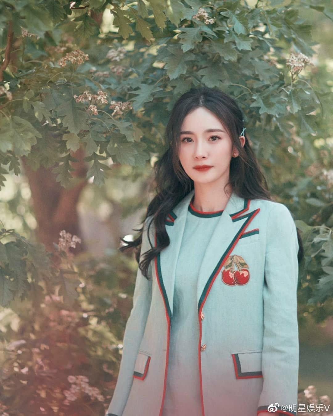 杨幂户外写真图片,青春气息实足,太太太甜美了!