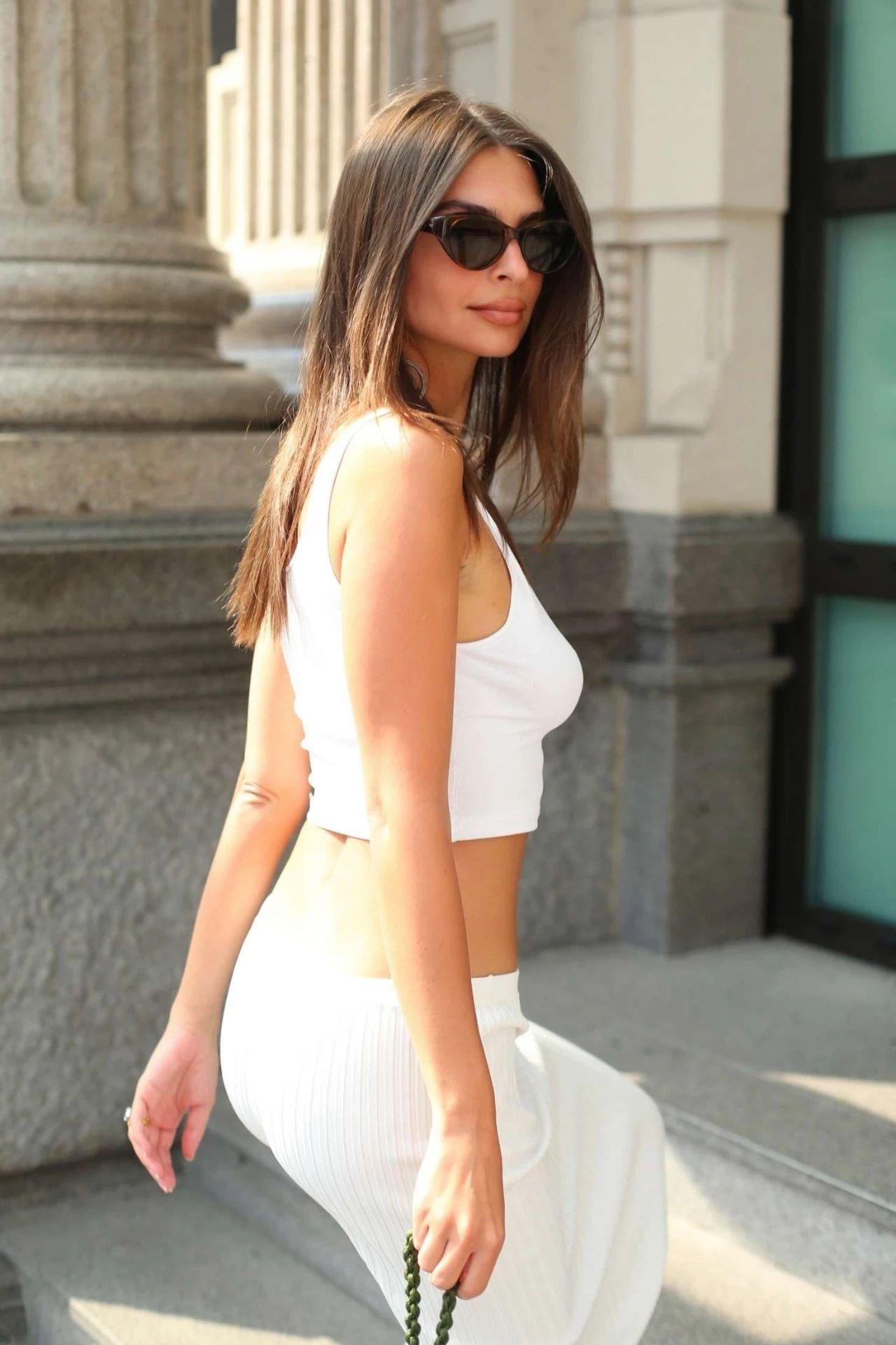 被称为是世界上最不适合穿衣服的女人!世界级别的美胸前三名艾米丽!