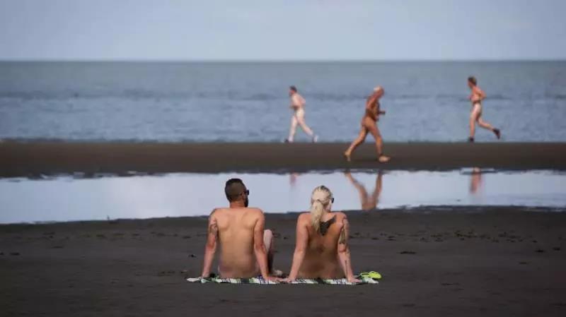 萌妹子全裸海滩的图片 第12张