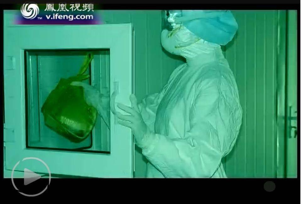 当年非典时期小汤山医院医护人员向病房内递送食物