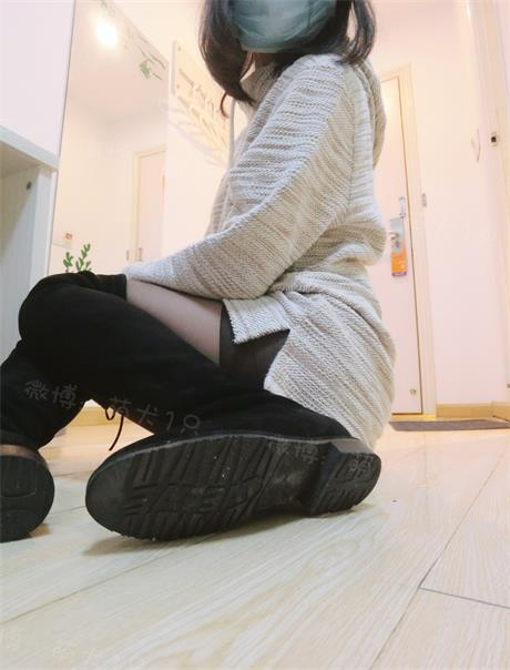 微博萝莉@萌犬一只 卫衣+无内黑丝+过膝靴 [34P2V/27M]