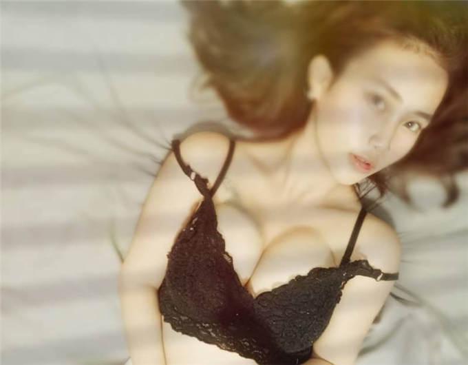 巨乳美女平面模特自拍流出 (附生活照18P) [18P/1V/297MB]