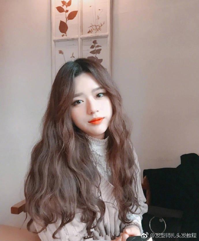 甜系少女波浪卷发型,发色为蜜茶色,你喜欢吗?
