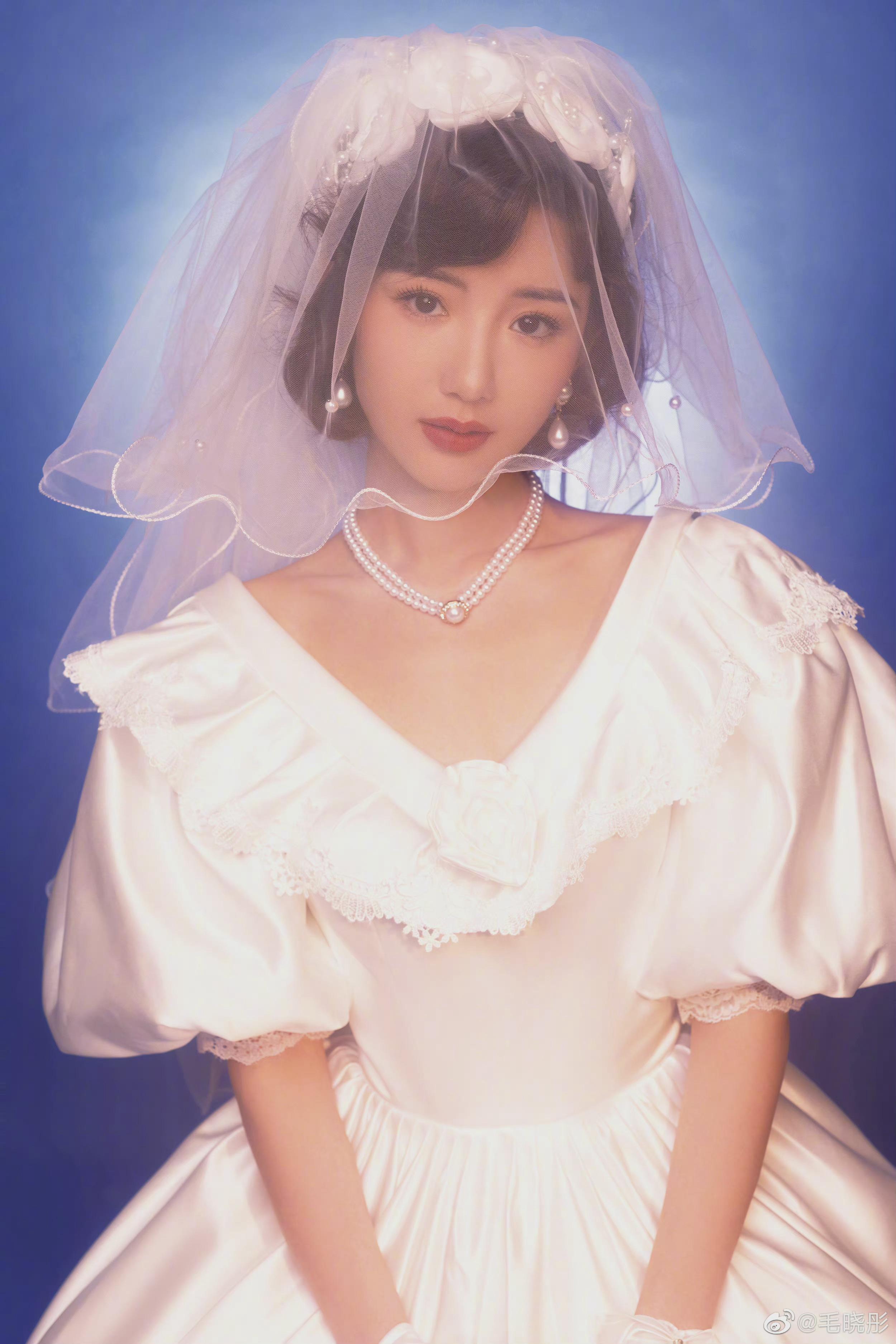毛晓彤复古婚纱照写真,真的人美心善