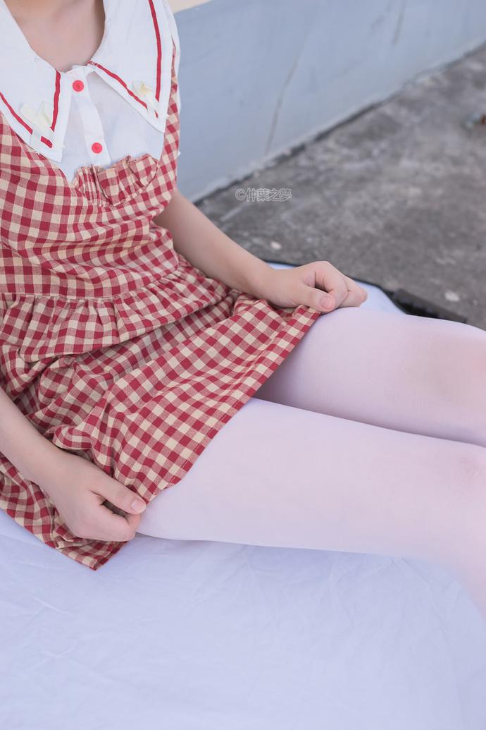 轻兰映画 天台上的网格裙白丝小萝莉 中日妹子
