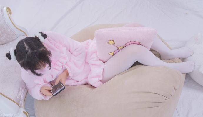 轻兰映画 粉红睡裙的白丝小萝莉