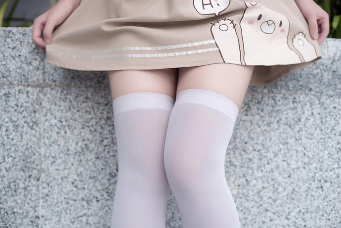 户外偶遇小熊萝莉 清纯丝袜