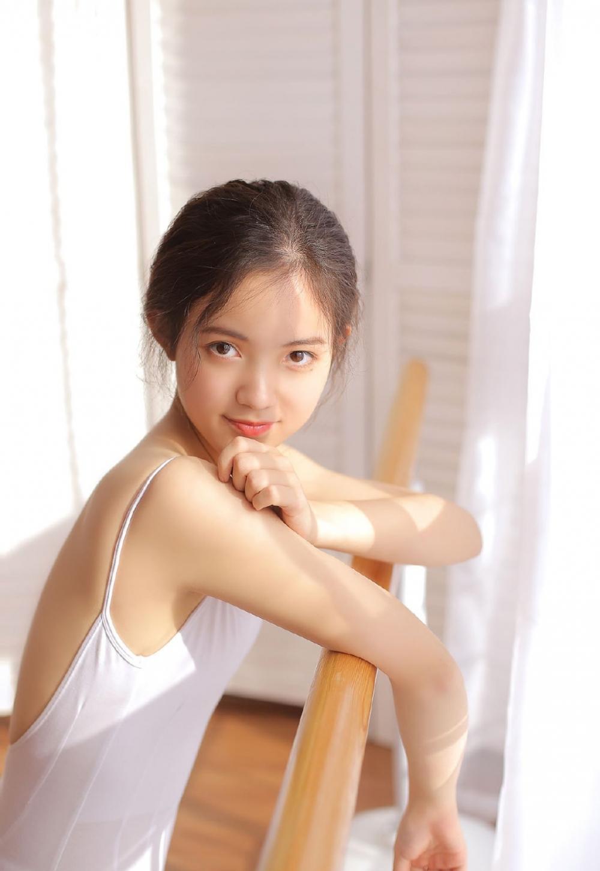 舞蹈学生妹萝莉美女吊带芭蕾装扮性感长腿写真
