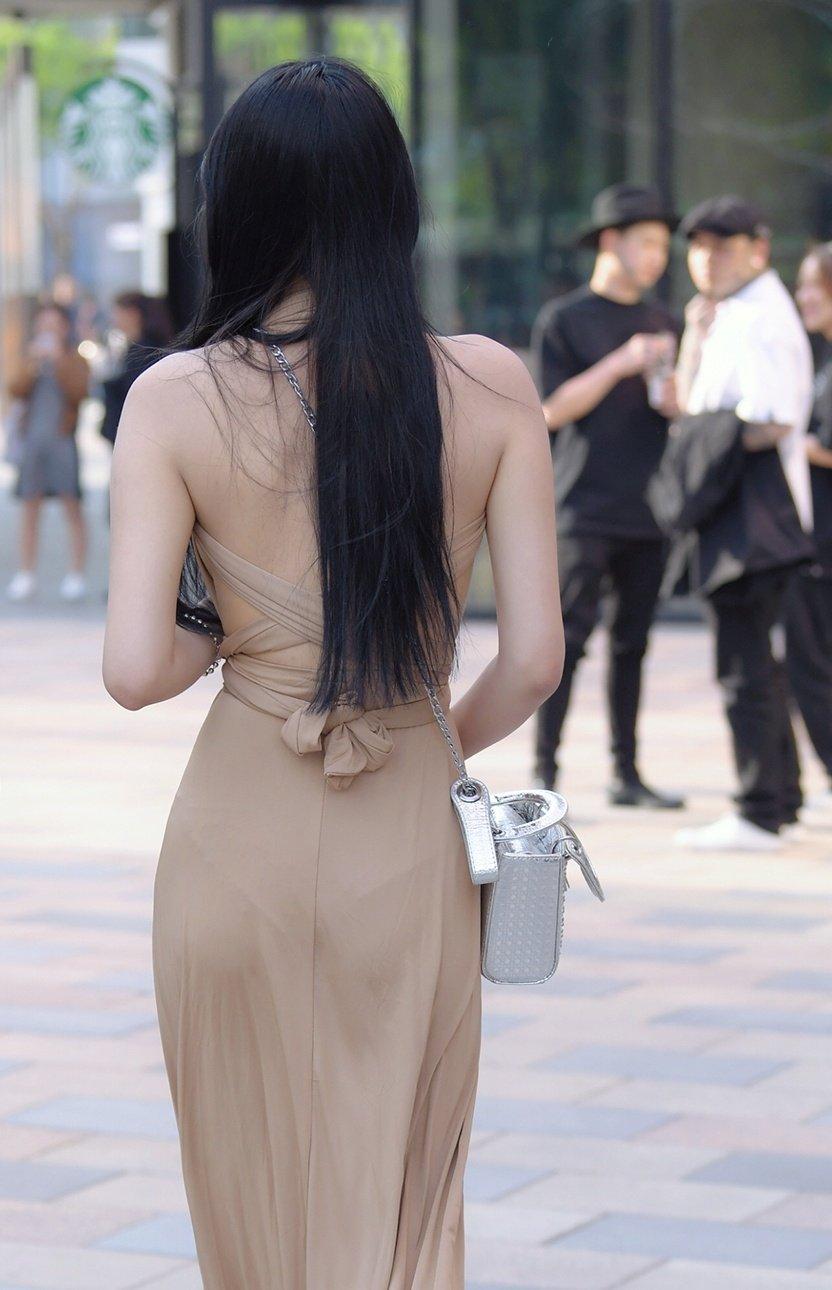 街拍气质长裙戴眼镜美女