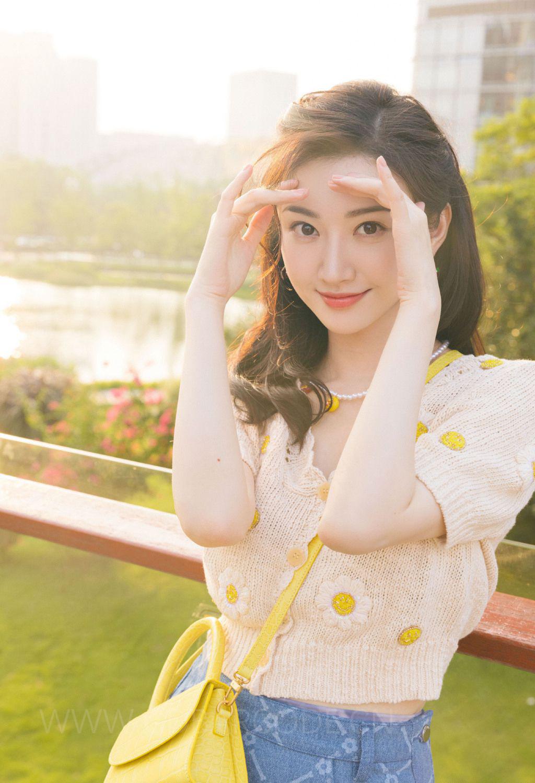 景甜橘色上衣蓝色短裙高筒袜穿搭花园清新写真图片