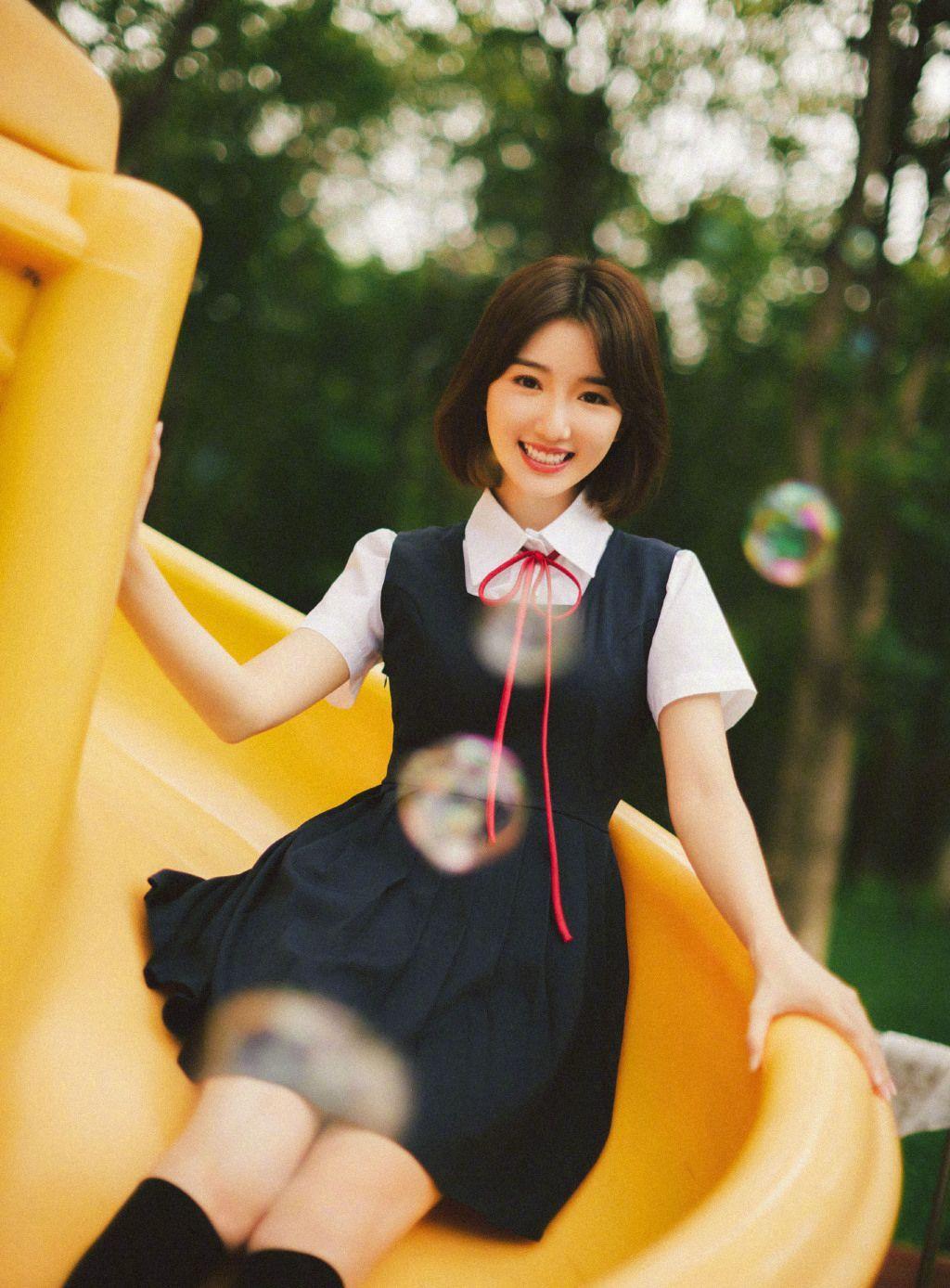 毛晓彤黑色连衣裙可爱穿搭游乐园童趣十足玩耍写真照片