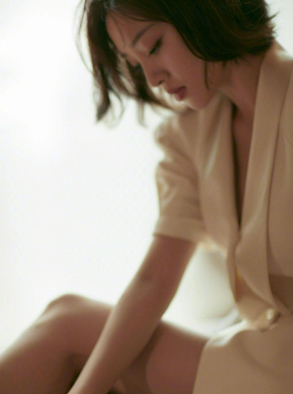 唐艺昕白裙着身,眼神慵懒居家床上写真气质美照