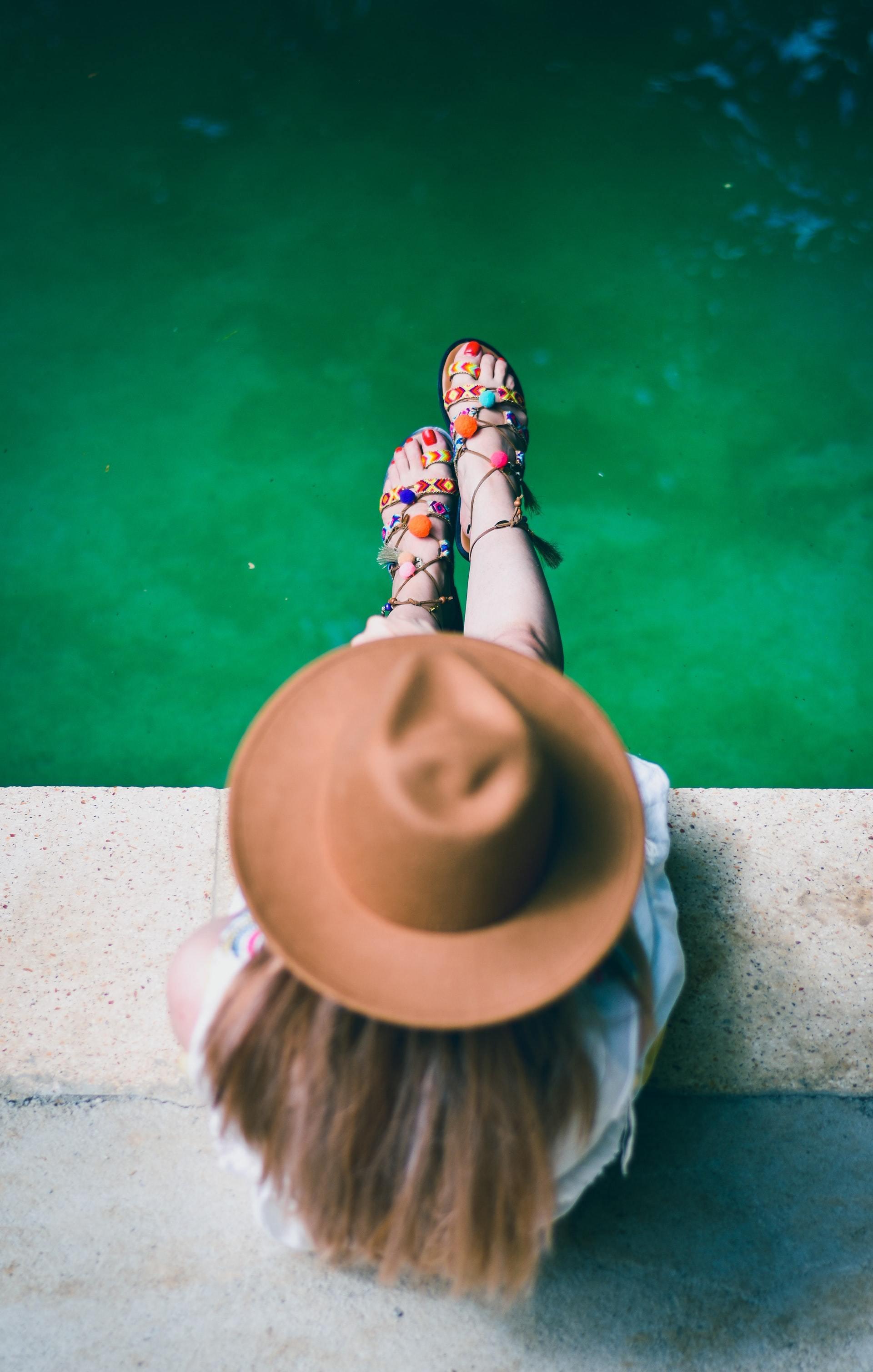 坐在河堤边的可爱小女孩唯美不露脸图片