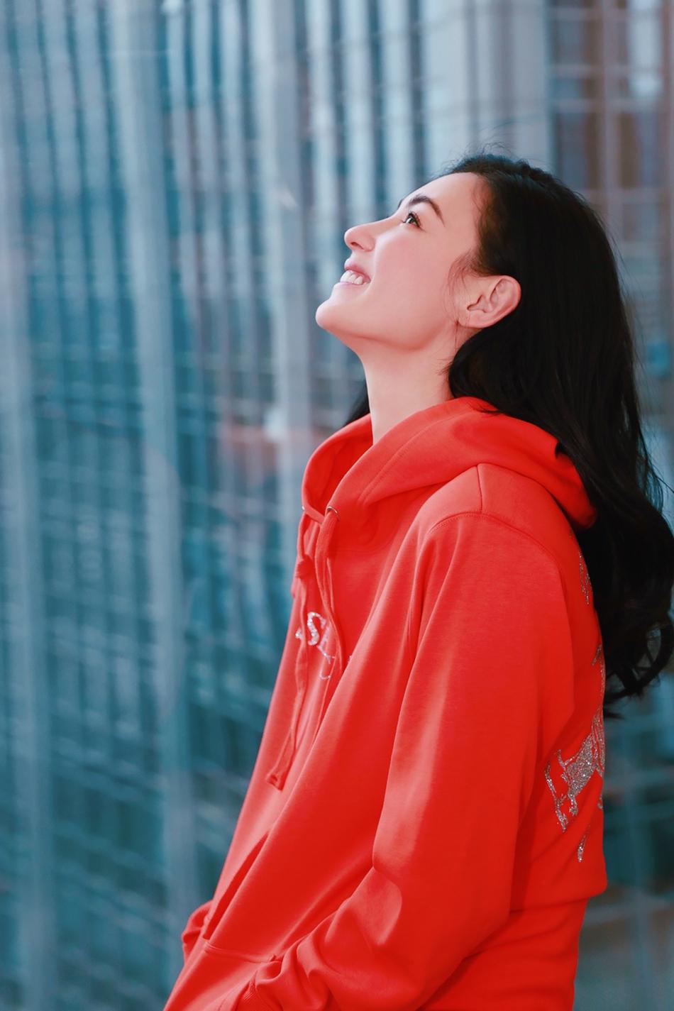 张柏芝红色卫衣休闲装仿若重回少女,长发飘逸笑容迷人