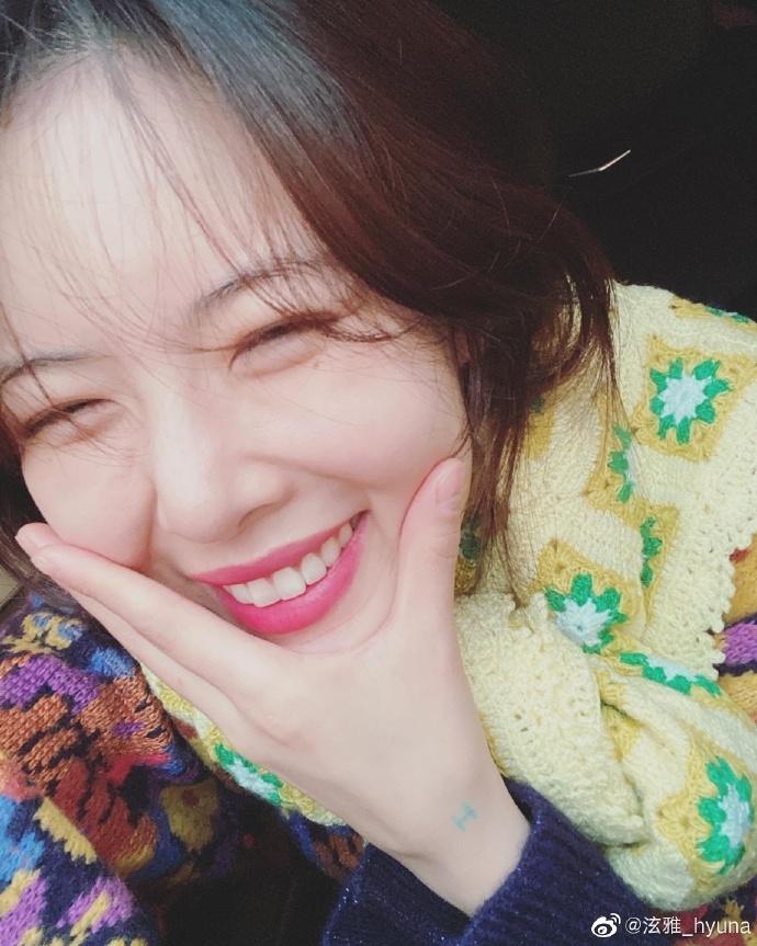 韩国美女明星泫雅微博晒自拍七连拍,表情多变显灵动俏皮