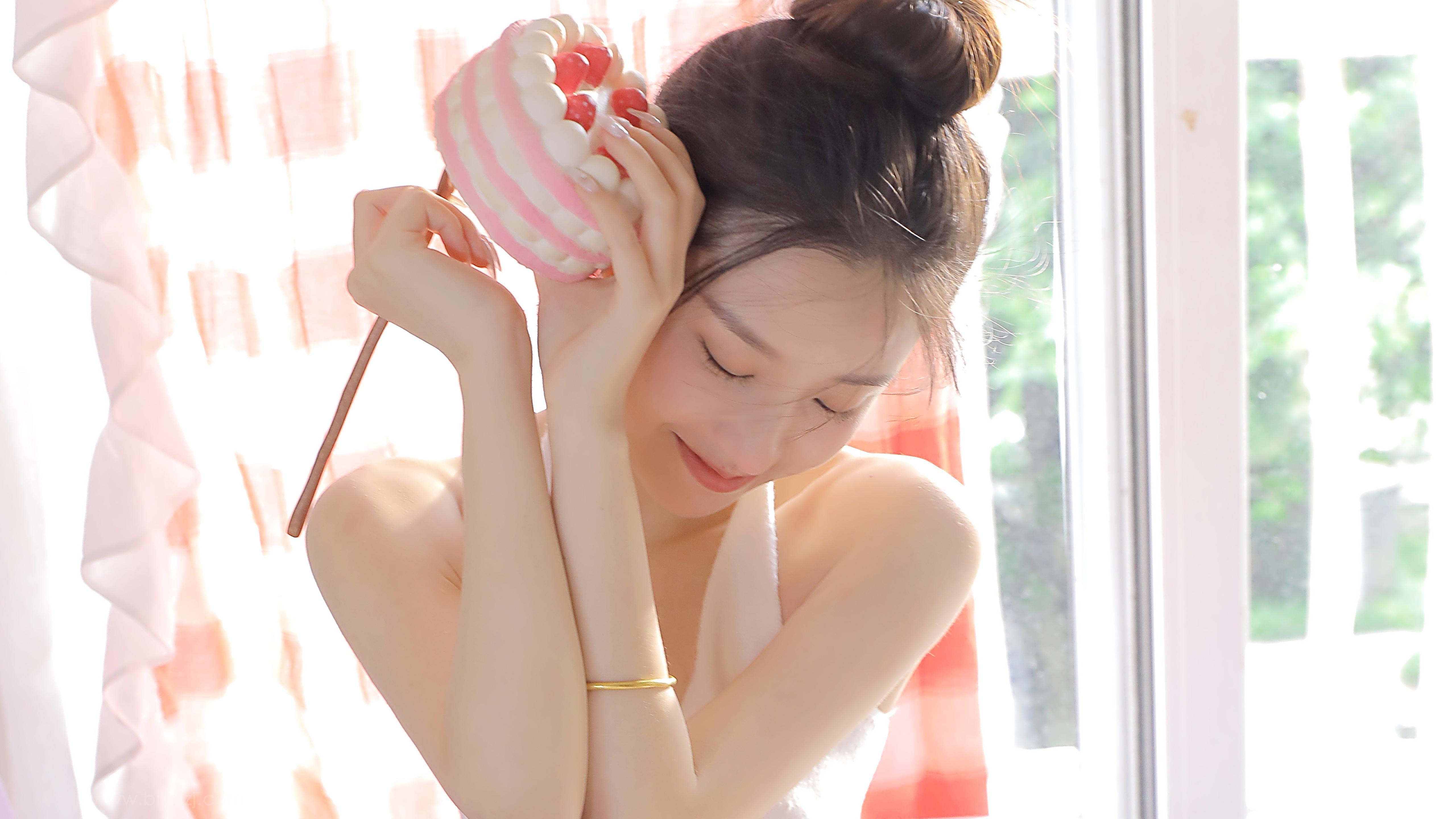 大白细腿漂亮年轻可爱少女头像壁纸