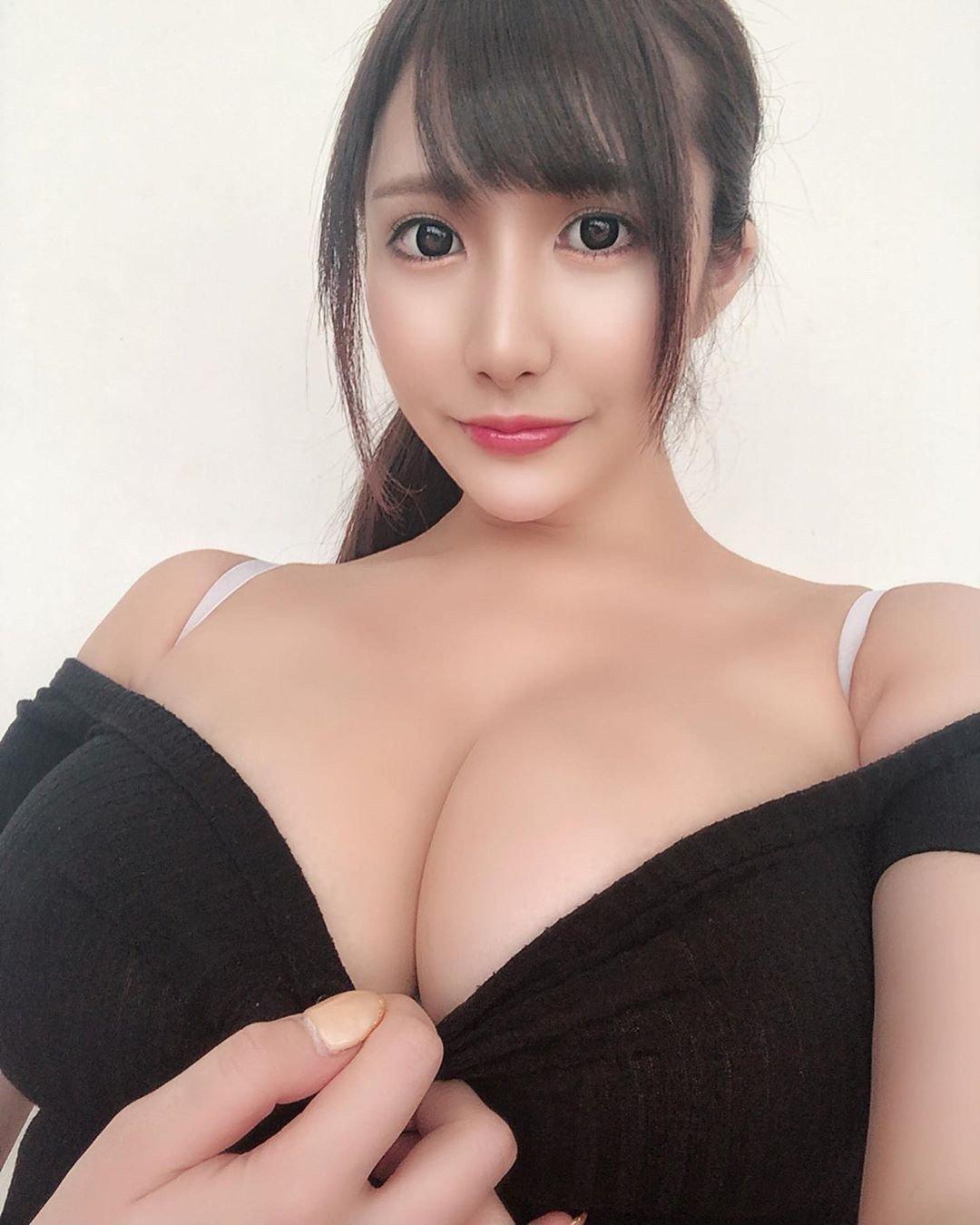 大胸長腿身材惹火的混血美女主播趙芷彤