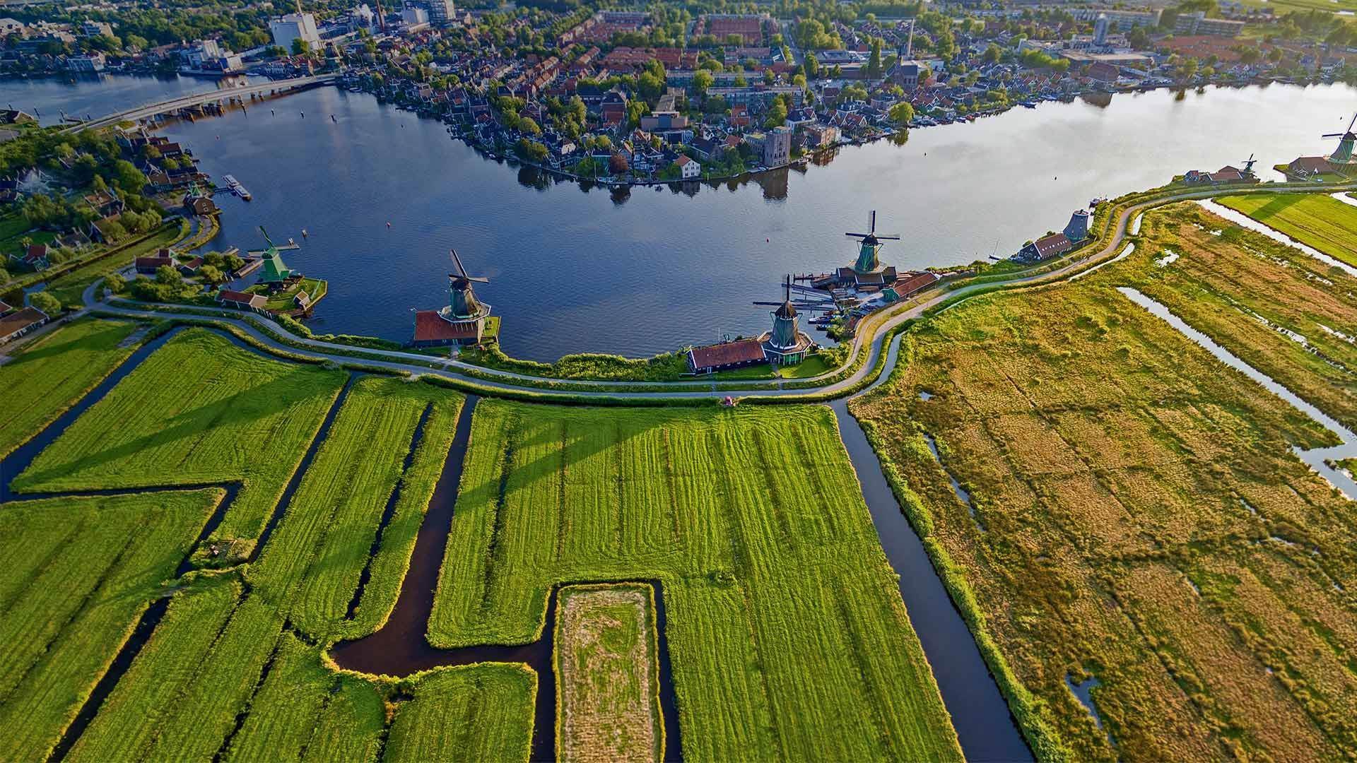荷兰阿姆斯特丹附近赞瑟斯汉斯村里古老的风车