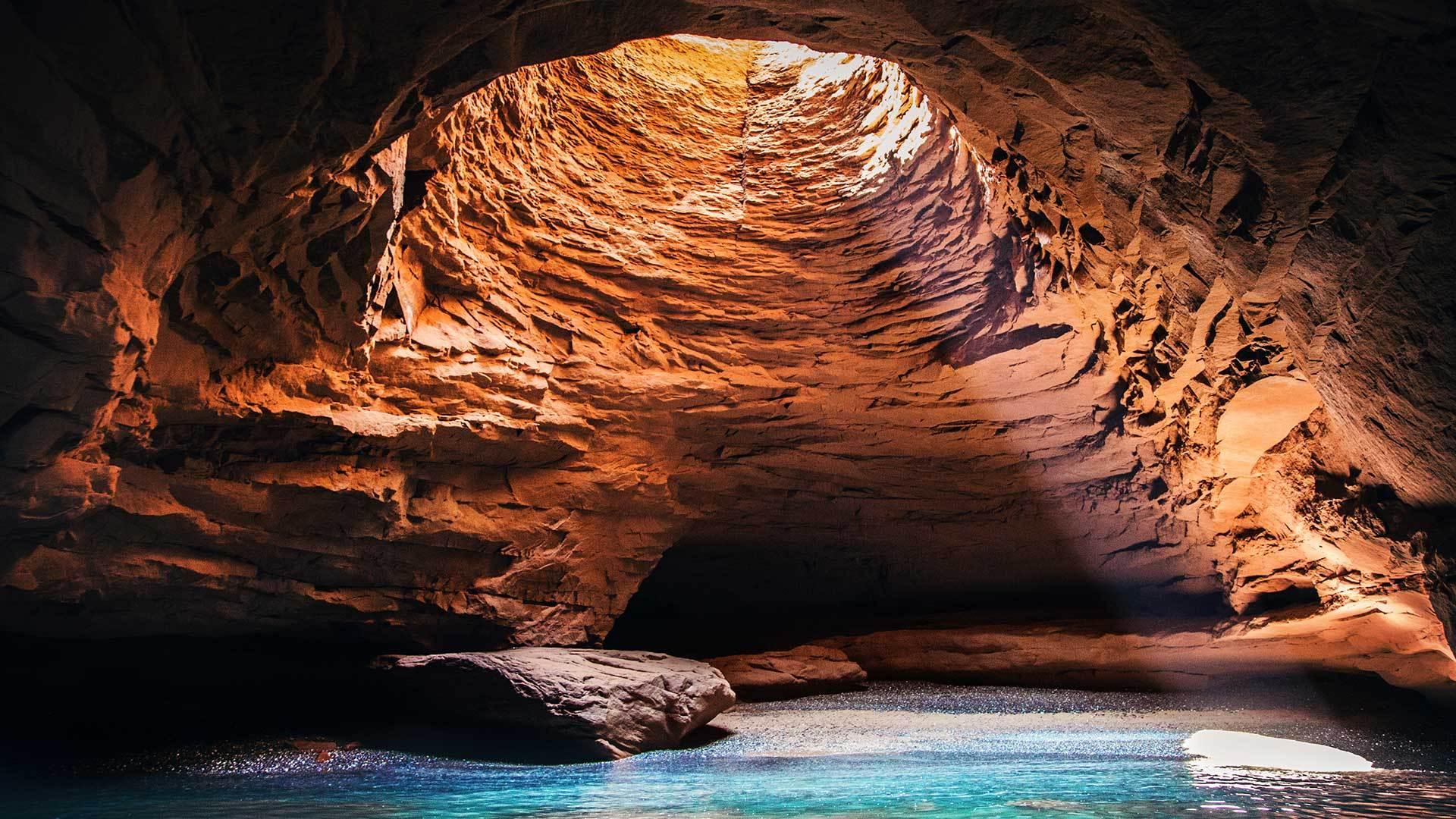 马格达伦群岛洞穴内部