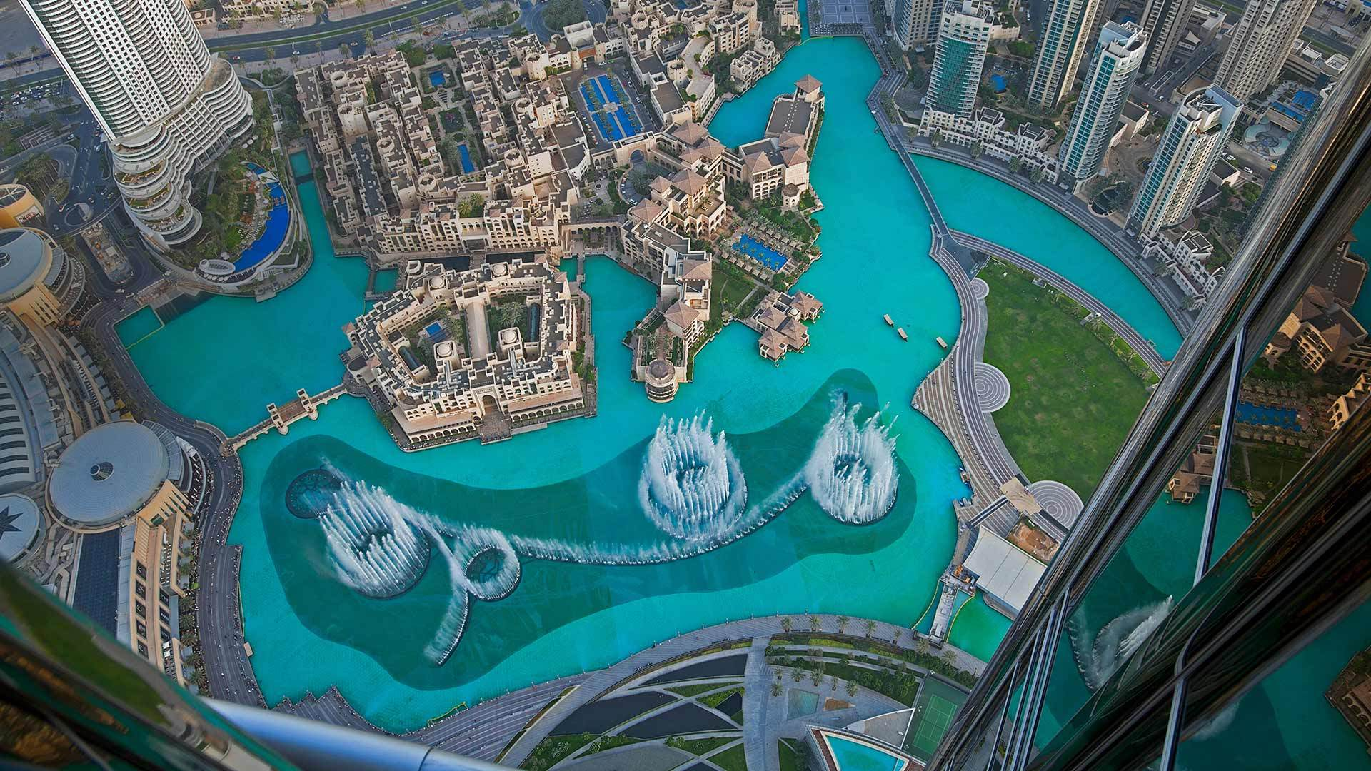 哈利法塔湖中的迪拜喷泉