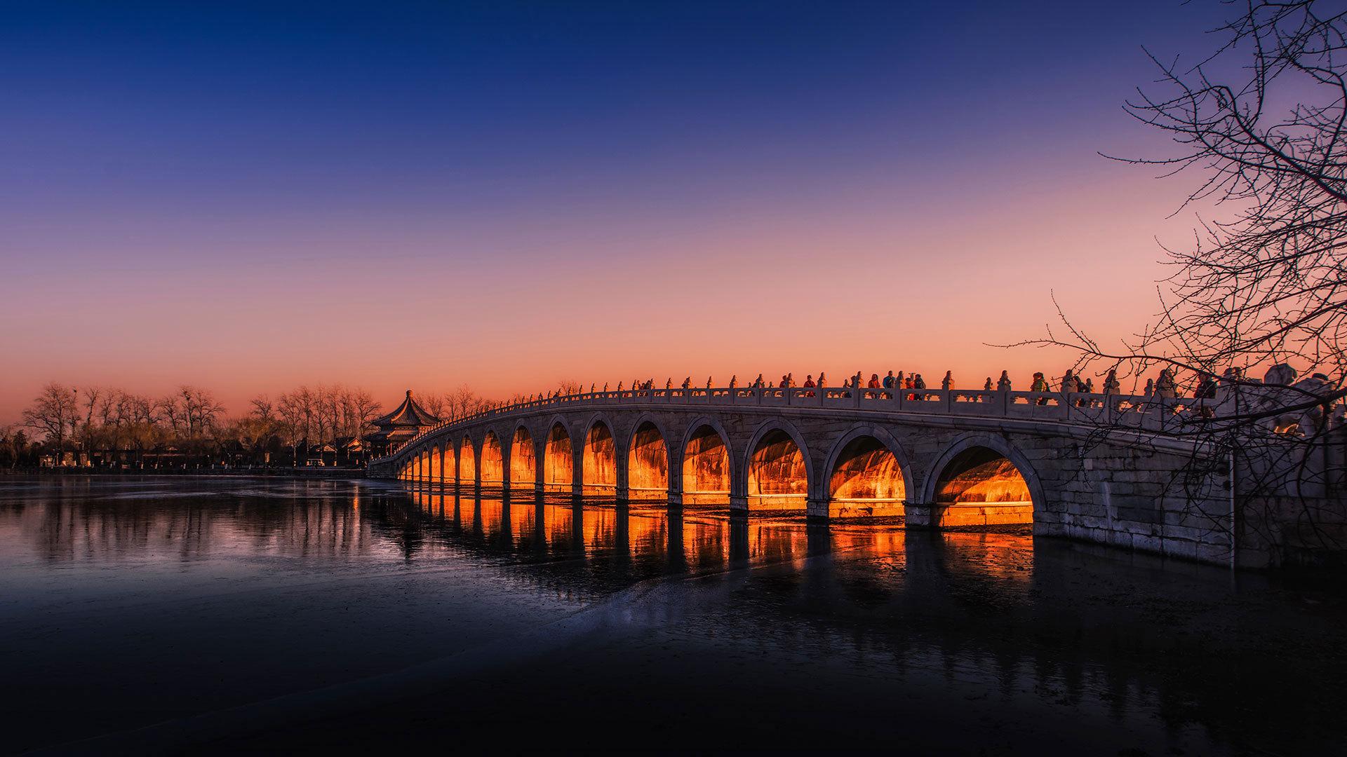 北京颐和园昆明湖上的十七孔桥十七孔桥