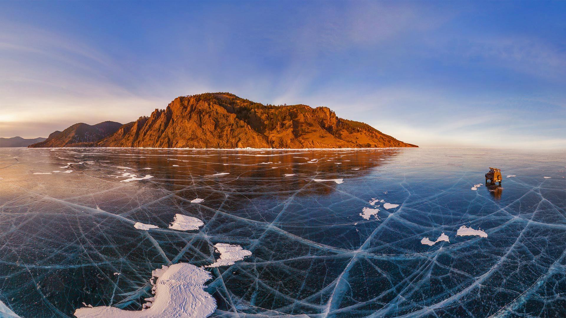 汽车穿过贝加尔湖冰面的鸟瞰图贝加尔湖