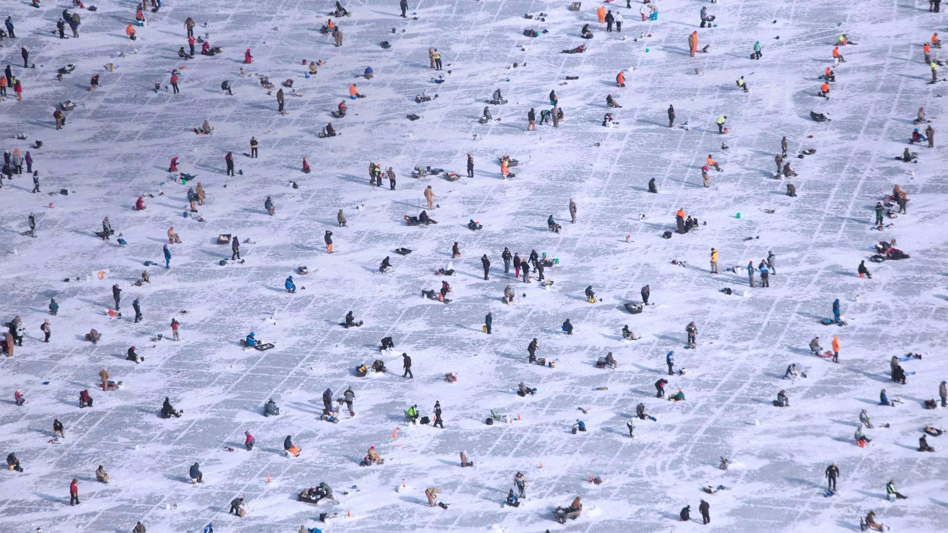 人们在布雷纳德的加尔湖上冰钓冰钓