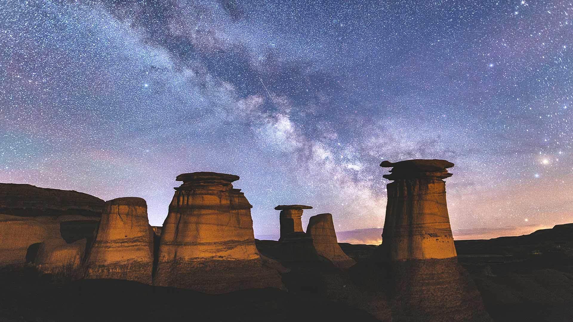 加拿大恶地里石窟上方的银河银河