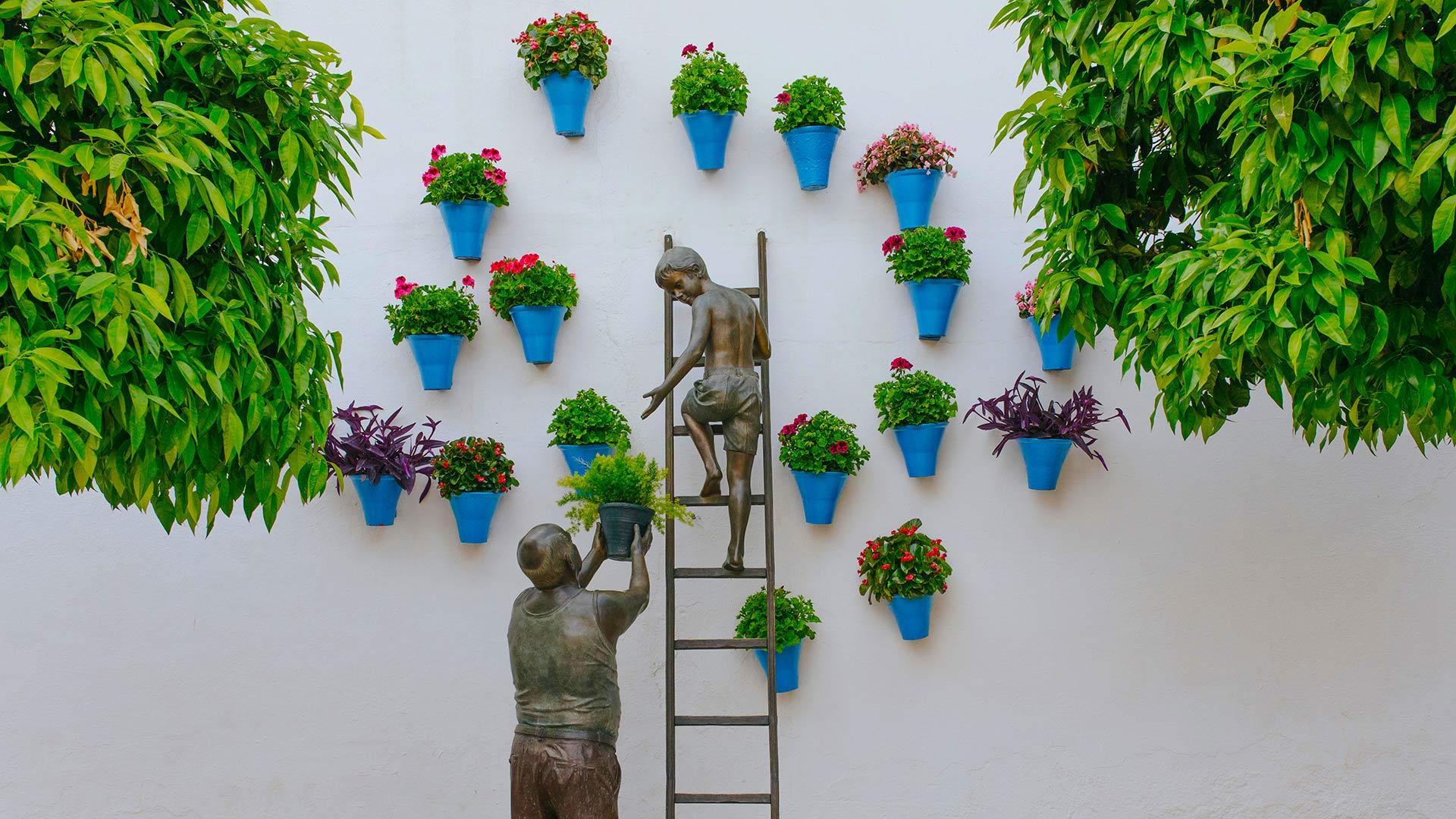 正在照看花草的孩子和祖父铜雕西班牙科尔多瓦