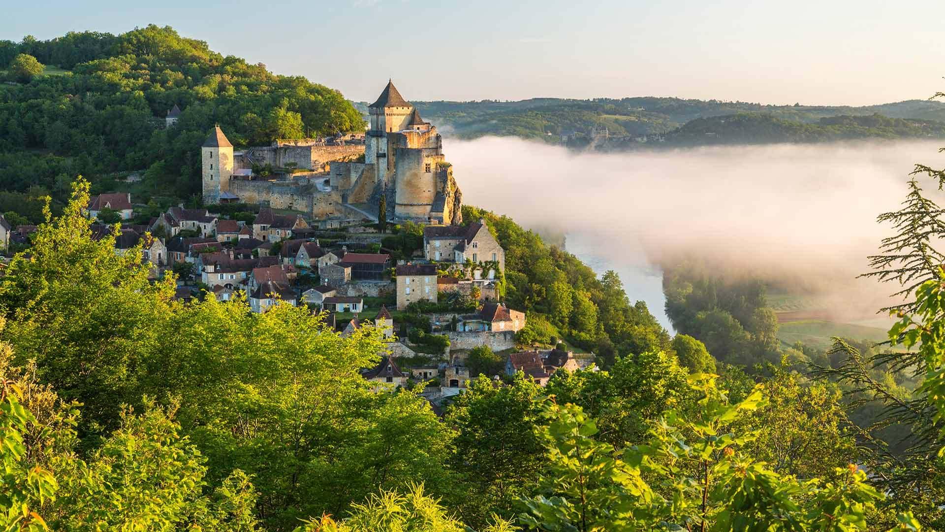 雾中的卡斯特诺城堡卡斯特诺城堡