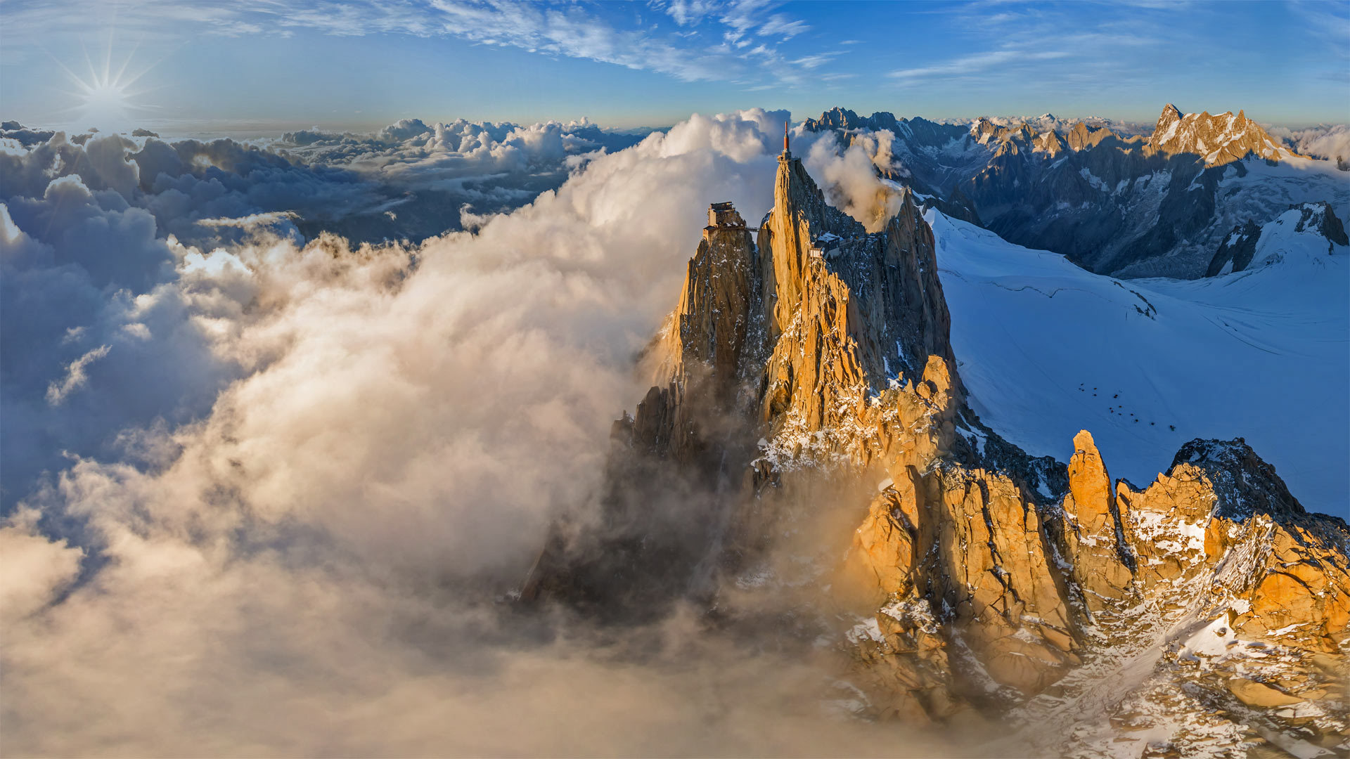 鸟瞰勃朗峰山脉中的南针峰勃朗峰