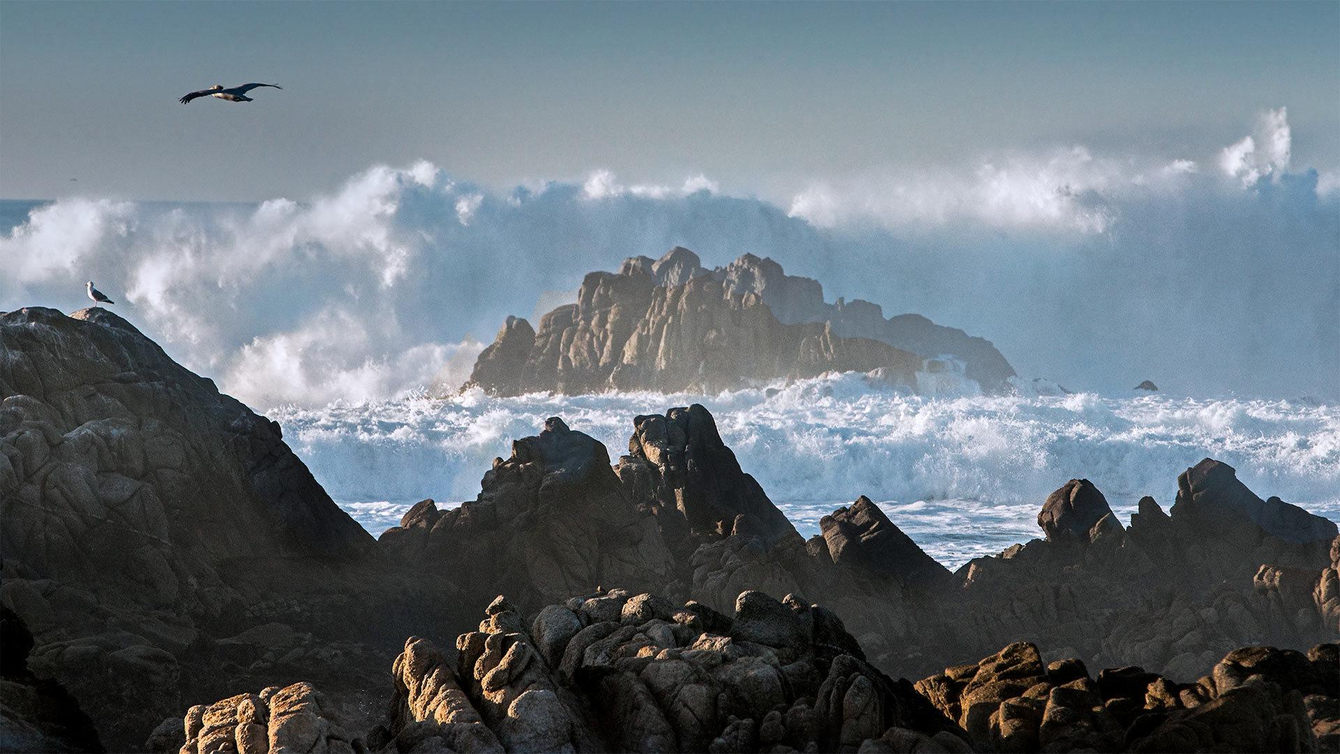 巨浪冲击着阿斯洛玛尔州立海滩的岩石阿斯洛玛尔州立海滩