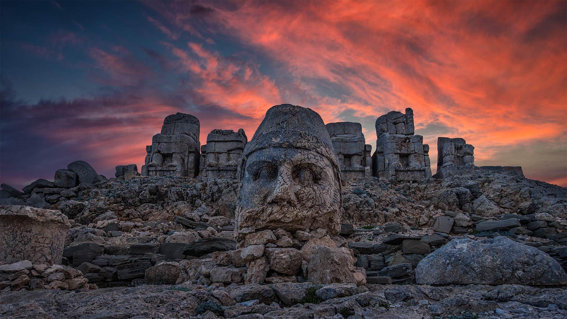 内姆鲁特山上巨大的石灰岩雕像内姆鲁特山