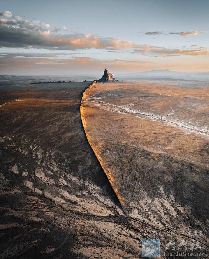 殿下,这里便是人间的边界,翻过这道山脊就是魔域了 liuliushe.net六六社 第1张