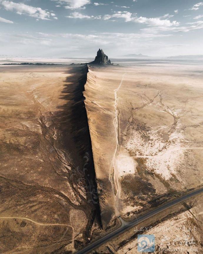 殿下,这里便是人间的边界,翻过这道山脊就是魔域了 liuliushe.net六六社 第2张