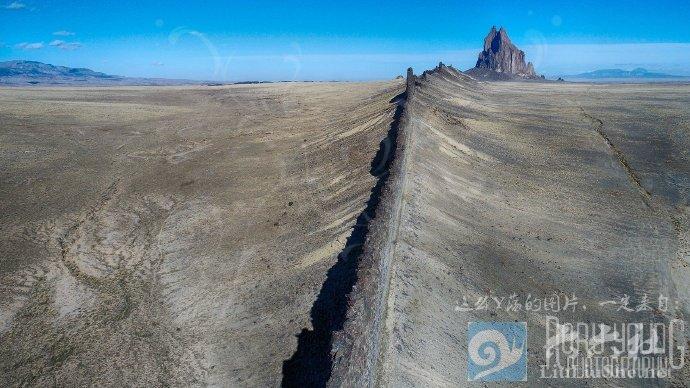 殿下,这里便是人间的边界,翻过这道山脊就是魔域了 liuliushe.net六六社 第3张