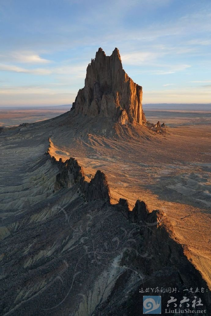 殿下,这里便是人间的边界,翻过这道山脊就是魔域了 liuliushe.net六六社 第4张
