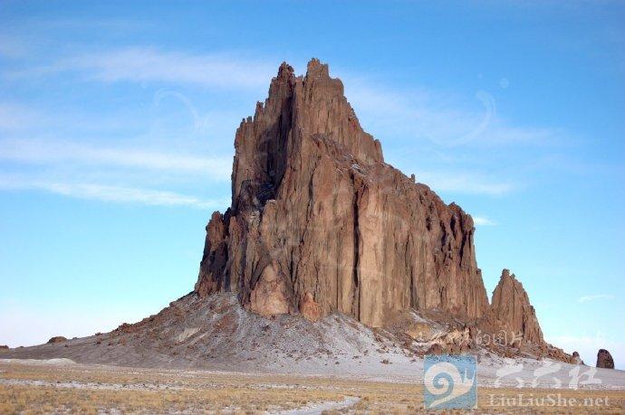 殿下,这里便是人间的边界,翻过这道山脊就是魔域了 liuliushe.net六六社 第5张